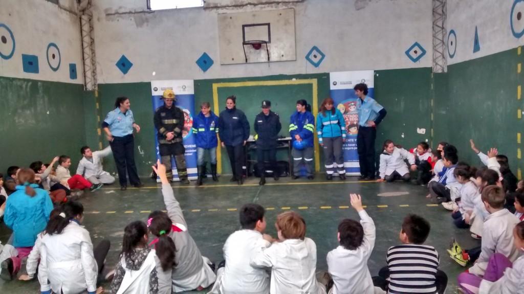 En la EP 13 con el Intendente Sr. Jorge Macri y personal de la empresa Motorolla realizando un taller de juego, también participaron de la misma personal de Secretaria de Seguridad , Defensa Civil , Agencia de seguridad vial, personal policial y bomberos